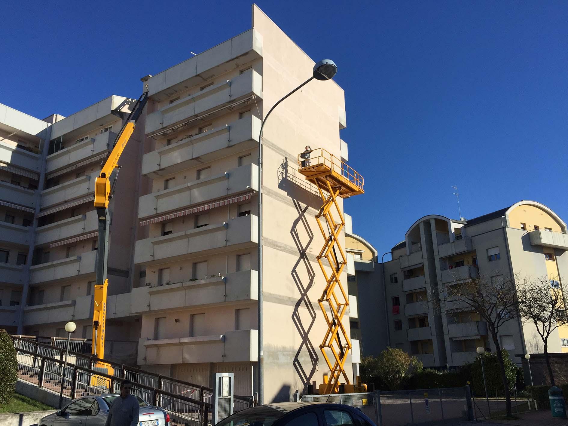 Due Haulotte per la riqualificazione edilizia -  -In quota Noleggio Notizie Piattaforme aeree - MC5.0-Macchine Cantieri
