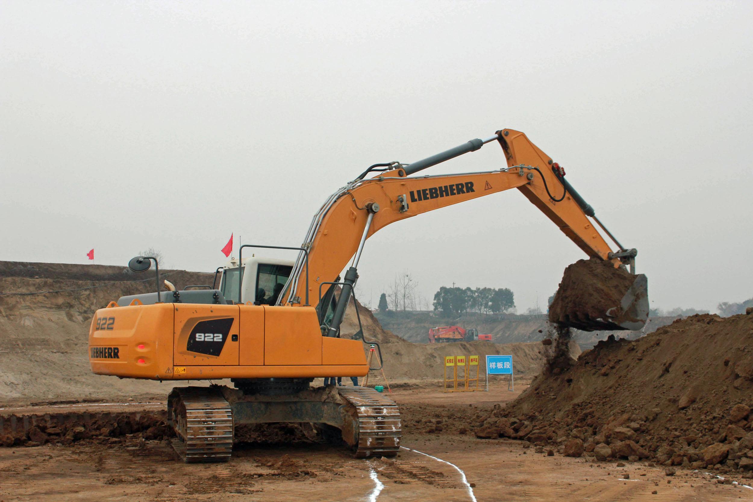 Esordio cinese per il Liebherr R922 -  -Notizie - MC5.0-Macchine Cantieri