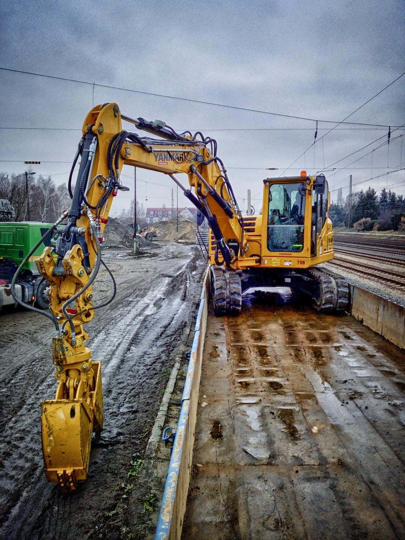 Un'escavatore cingolato Yanmar fra i binari -  -Construction Notizie - MC5.0-Macchine Cantieri