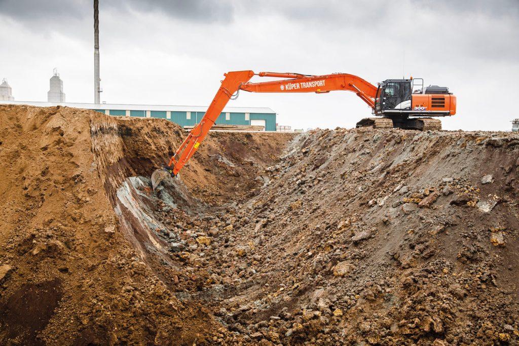 Un Hitachi ZX300LC 6 con braccio super long per far mattoni Hitachi escavatori gommati escavatori cingolati escavatori escavatore gommato escavatore cingolato escavatore
